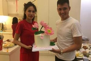 Bị fan 'đánh úp', Thủy Tiên xuất hiện với mặt mộc thổi nến đón sinh nhật tuổi 33