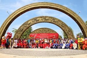 Làng Sen Việt Nam vinh dự đón nhận kỷ lục cổng chào họa tiết trống đồng lớn nhất Việt Nam