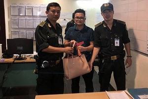 Tài xế taxi Mai Linh chiếm đoạt tài sản của khách bỏ quên tại nhà ga sân bay