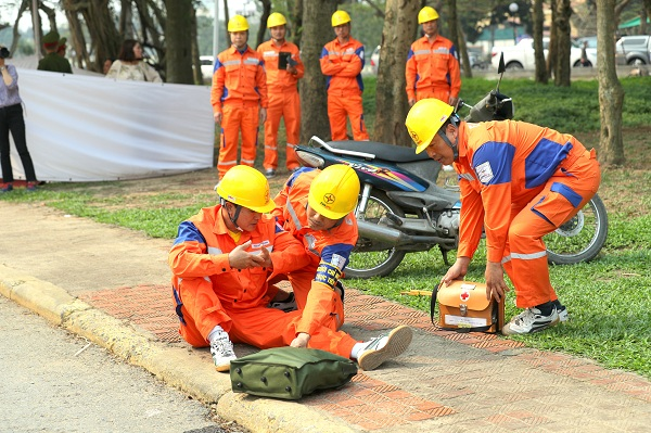 Xử lý tình huống khi xảy ra tai nạn, làm 01 công nhân gãy tay, 01 công nhân gãy chân