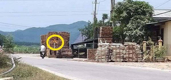Chiều cao của kiện hàng gỗ keo vượt biển báo giao thông.
