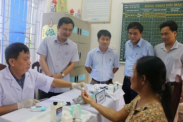 Giám đốc Sở Y tế Lê Ngọc Châu (thứ 2 từ trái qua) kiểm tra quy trình Test đường huyết cho người dân trên 40 tuổi tại xã Sơn Thọ, huyện Vũ Quang