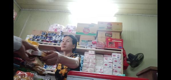 Ngay trong Bệnh viện Đa Khoa Đức Giang, những cửa hàng tạp hóa vẫn vô tư bán thuốc lá dù đã có quy định rõ về việc cấm bán thuốc lá tại các cơ sở y tế.