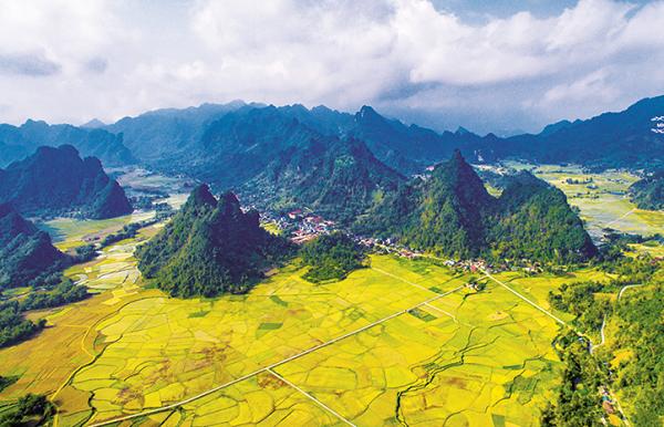 """99 ngọn núi xã Thượng Lâm được ví như """"Hạ Long cạn giữa đại ngàn"""", với những dãy núi trùng điệp gắn với truyền thuyết Phượng hoàng bay về (Ảnh: Minh Phụng)"""