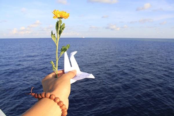 Các đoàn công tác ra Trường Sa thường làm lễ tưởng niệm các anh hùng, liệt sĩ hy sinh bảo vệ chủ quyền biển đảo Tổ quốc. Các thành viên trong đoàn công tác sẽ gấp hạc, mang hoa cúc thả xuống biển, tưởng nhớ người đã khuất. Ảnh: Trường Phong