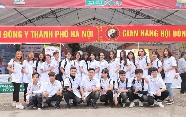 Sinh viên Trường Cao đẳng Công nghệ Y – Dược Việt Nam tại hội chợ Dược liệu và sản phẩm Y - Dược cổ truyền