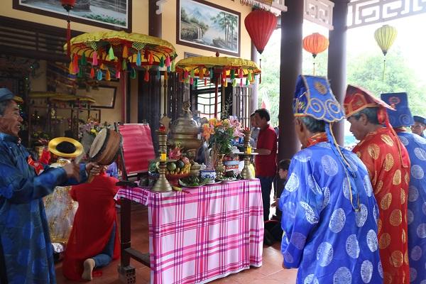 Các tộc họ, dân làng về Lăng Bà dâng hương vào dịp 12/2 âm lịch hằng  năm
