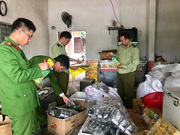 Tổ công tác kiểm tra tại cơ sơ kinh doanh trà xanh và các sản phẩm đóng gói làm giả nhãn mác