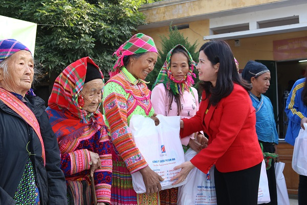 Dược sĩ Lê Thị Bình luôn có mặt tại những vùng xa xôi để giúp đỡ người có hoàn  cảnh khó khăn.