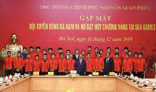 Thủ tướng Nguyễn Xuân Phúc, Phó Thủ tướng Vũ Đức Đam, Bộ trưởng, Chủ nhiệm VPCP Mai Tiến Dũng chụp ảnh lưu niệm cùng Đội tuyển bóng đá nam U22