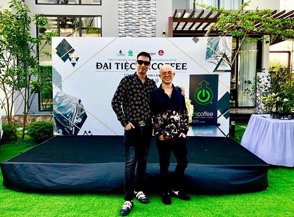 Anh Lê Anh Hoàng (trái) - Giám đốc Công ty Đầu tư Quốc tế và Phát triển độc quyền tiêu thụ sản phẩm Hi - Coffee tại Việt Nam
