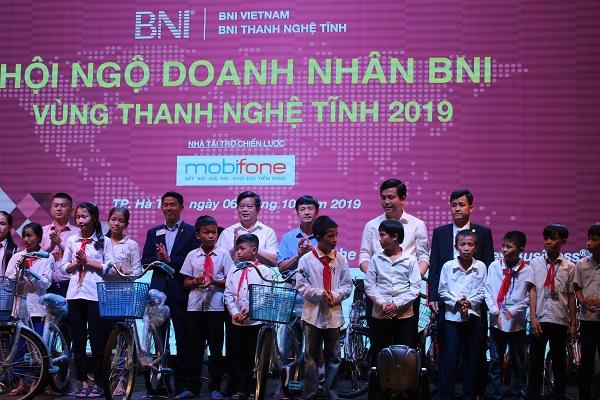 Ban tổ chức trao 20 chiếc xe đạp cho các em học sinh có hoàn cảnh khó khăn