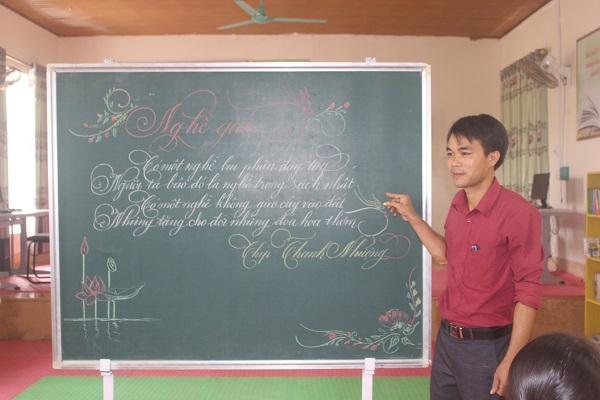 """Thầy giáo Lê Thanh Nhượng với những con chữ như """"rồng bay phượng múa"""""""