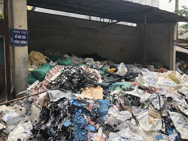 Phế thải trong bãi rác của Công ty giày Thượng Đình nhìn bằng mắt thường trông giống với phế thải phát hiện trong các sản phẩm trên thị trường