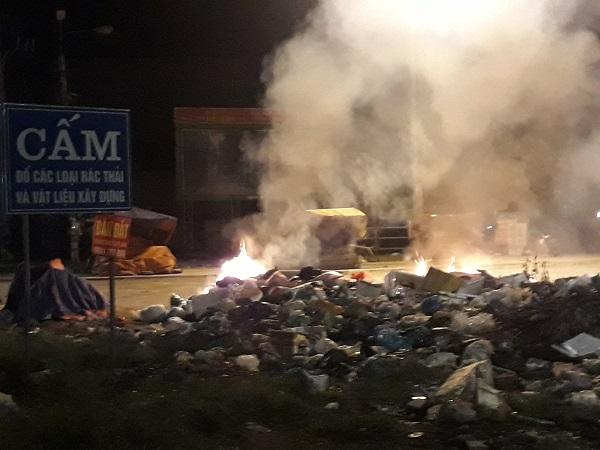 Mặc dù đã có biển cấm đổ các loại rác thải, nhưng rác vẫn được tập kết gây phản cảm cho nhiều người qua lại