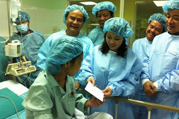 Bộ trưởng Bộ Y tế Nguyễn Thị Kim Tiến thăm và tặng quà bệnh nhân sau ca ghép thận thành công tại Bệnh viện Trung ương Huế