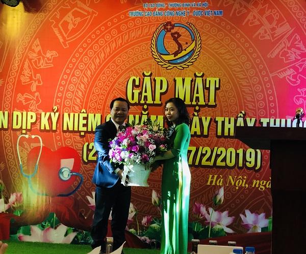 Đại diện trường Cao đẳng Công nghệ Y – Dược Việt Nam tặng hoa chúc mừng PGS.TS Nguyễn Quốc Dũng, Phó chủ tịch Hội Điện quang và Y học hạt nhân Việt Nam.