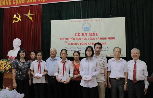 Ông Hà Đình Minh và các cán bộ Chi hội KH7 trao học bổng cho các em học sinh có hoàn cảnh khó khăn vươn lên học giỏi