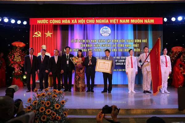 Bệnh viện Trung ương Huế đón nhận Huân chương Lao động hạng Nhất.