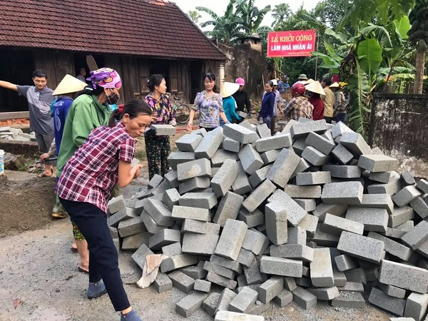 Chi hội Cựu chiến binh và Chi hội Phụ nữ Tổ dân phố Tuần Cầu (phường Trung Lương) hỗ trợ ngày công xây Nhà nhân ái