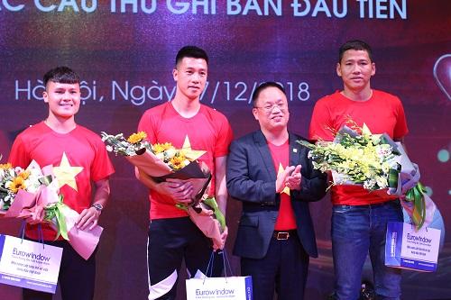 Tổng giám đốc Eurowindow - Nguyễn Cảnh Hồng trao thưởng cho các cầu thủ sau khi giành chức vô địch AFF Cup 2018.