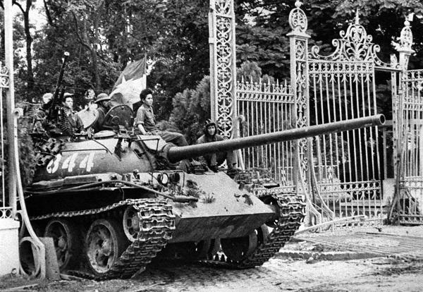 Hình ảnh những chiếc xe tăng vượt qua cổng Dinh Độc Lập ngày 30/4/1975