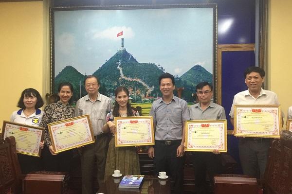 Ông Trần Văn Sại - Phó Giám đốc Công ty Luật TNHH TGS cùng đại diện các nhà tài trợ nhận Giấy chứng nhận tài trợ của Tạp chí Tri Ân.