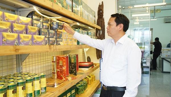 Ông Nguyễn Hồng Anh tham quan các sản phẩm trà thương hiệu được trưng bày tại Siêu thị trà Vinatea  – 46 Tăng Bạt Hổ, Hà Nội
