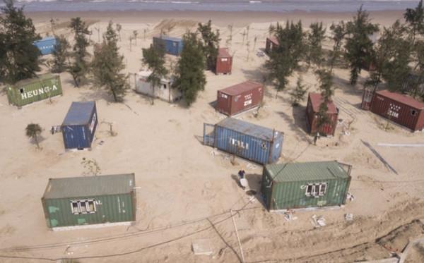 """Thay vì xây dựng lều bạt theo chủ trương được duyệt, nhà đầu tư cho xây dựng """"nhà nghỉ"""" bằng container trên hệ móng bê tông cốt thép."""
