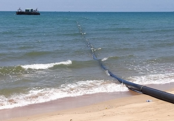 Tại Dự án Lạc Việt, ống và máy bơm vẫn được lắp đặt, tàu thuyền vẫn neo đậu để phục vụ mục đích công trình. Ảnh IT.