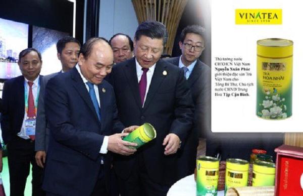 Thủ tướng Nguyễn Xuân Phúc giới thiệu sản phẩm trà Vinatea với Tổng Bí Thư, Chủ tịch nước Trung Quốc Tập Cận Bình tại Hội chợ quốc tế Thượng Hải 2018