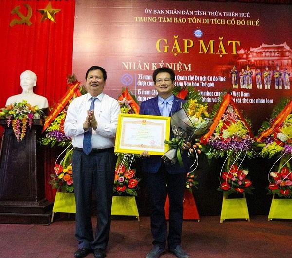 TS.Phan Thanh Hải, Giám đốc Trung tâm BTDT Cố đô Huế (bên phải) nhận bằng khen của Thủ tướng Chính phủ