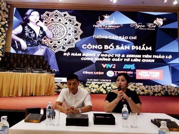 Chị Đỗ Ngọc Tú và cố vấn kinh doanh Tony Phạm trong buổi họp báo ra mắt sản phẩm mới của Mỹ phẩm Ngọc Tú Natural Beauty.