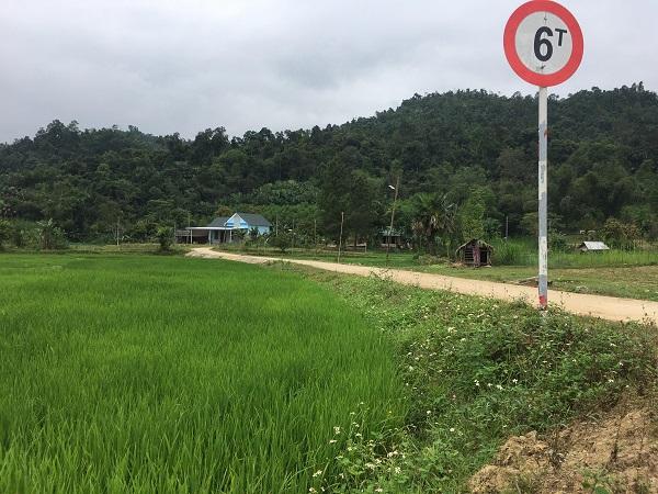 Con đường bê tông hóa khang trang dẫn vào nhà Chủ tịch xã Xuân Hóa