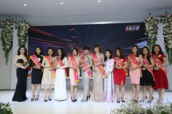 Bà Nguyễn Thị Nhật trao giải cho các thí sinh tại cuộc thi The Queen Of Beauty