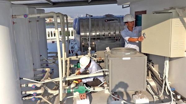 Các công nhân của GAMA đang lắp đặt tại công trình