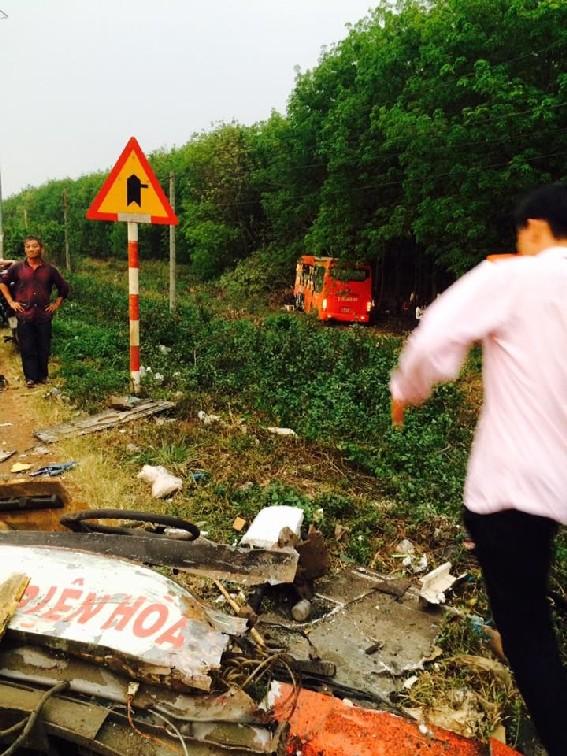 Tai nạn liên hoàn, xe khách Phương Trang lao xuống rẫy cao