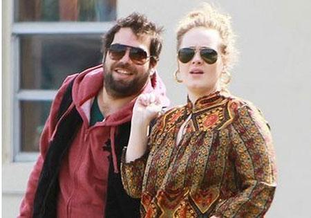 Lộ ảnh Adele hôn người yêu thắm thiết