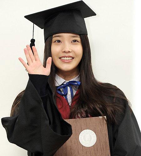 Xìta Hàn hí hửng khoe bằng tốt nghiệp