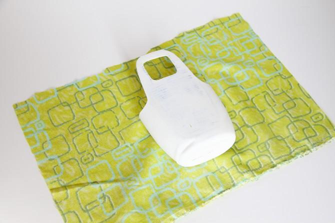 Biến vỏ chai thành giỏ đựng điện thoại