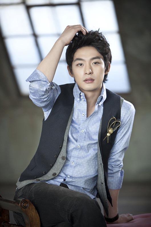 Em trai Ha Ji Won trở lại sau scandal đánh người