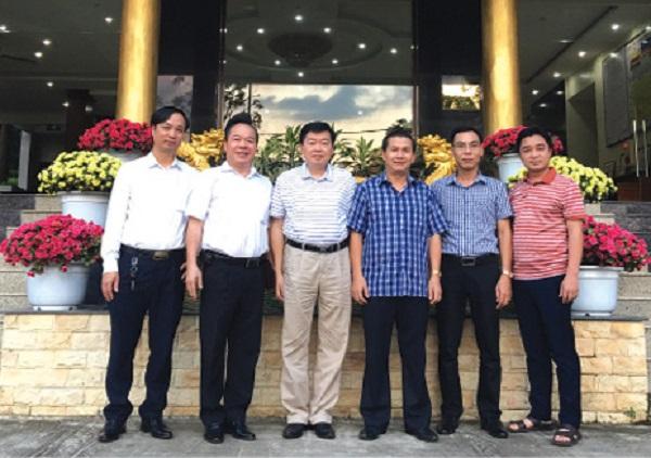 Lãnh đạo UBND tỉnh Hòa Bình và huyện Mai Châu chụp ảnh lưu niệm với lãnh đạo Báo Đời sống & Tiêu dùng