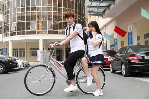Hot boy Minh Tú và ca sĩ Nhật Thủy Idol tranh thủ pose hình trước giờ khởi quay