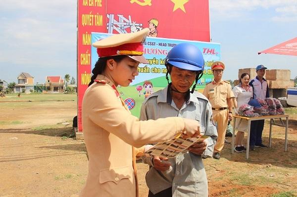 Phòng CSGT - Công an tỉnh Đắk Lắk tổ chức tuyên truyền phổ biến pháp luật kết hợp đổi mũ bảo hiểm đạt chuẩn cho người đi xe mô tô, xe gắn máy.