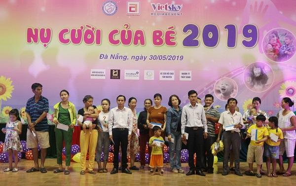 Đại diện ban giám hiệu trường Cao đẳng Công nghệ Y - Dược Việt Nam trao quà cho bệnh nhi có hoàn cảnh khó khăn