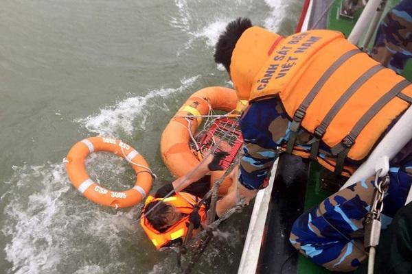 Lực lượng cứu hộ khẩn trương, kịp thời cứu 12 thuyền viênLực lượng cứu hộ khẩn trương, kịp thời cứu 12 thuyền viên