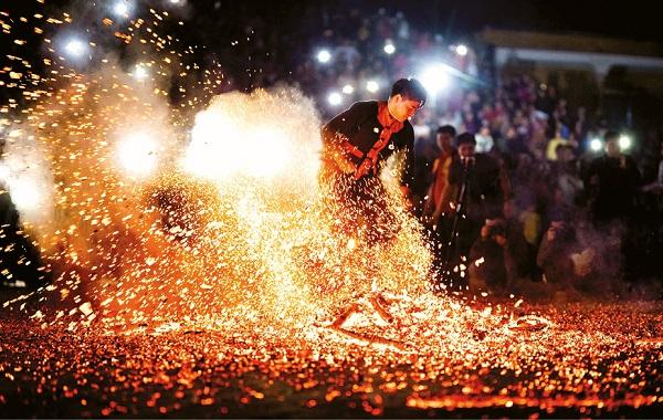 Người con trai Pà Thẻn nhảy lửa trong Lễ hội nhảy lửa xã Hồng Quang được tác giải miêu tả xuất thần như đang cưỡi trên lưng con phượng hoàng. Ảnh Minh Phụng