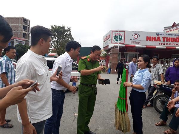 Những nhà hảo tâm chung tay mua chổi giúp bà Thanh