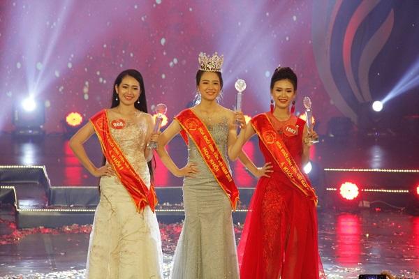 Top 3 Hoa khôi, Á khôi 1 (bên trái), Á khôi 2 (bên phải)