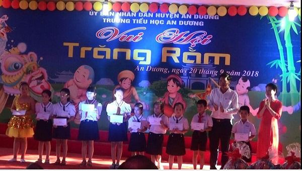 Lãnh đạo UBND huyện An Dương tặng quà cho các em học sinh nghèo vượt khó nhân dịp Tết Trung thu